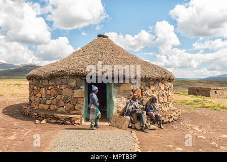 BLACK MOUNTAIN PASS, LESOTHO - 24 de marzo de 2018, personas no identificadas: Basotho en frente de una tienda en la aldea Mamokae al pie de la Montaña Negra Foto de stock
