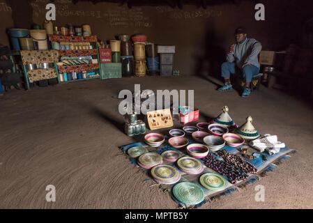 BLACK MOUNTAIN PASS, LESOTHO - Marzo 24, 2018: Un hombre no identificado en una tienda en la aldea Mamokae al pie de la Montaña Negra. Elemento artesanal Foto de stock