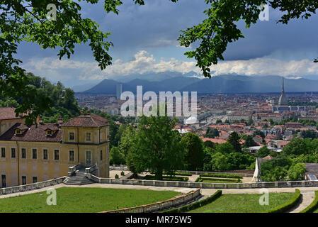 Villa della Regina, vista del horizonte de Turín desde los jardines formales con los Alpes en la distancia, Turín, Italia