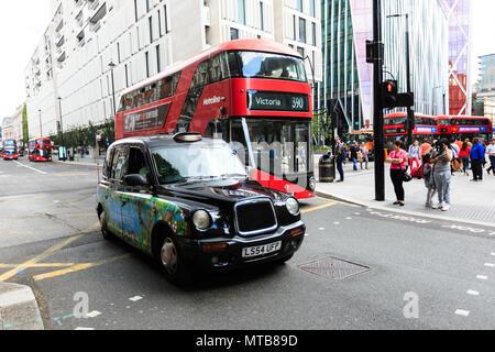 El legendario London taxi y autobús rojo en las calles de Londres