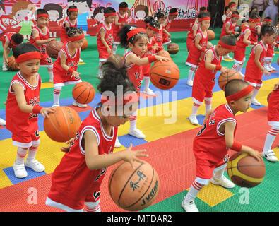 Yuncheng, la Provincia china de Shanxi. 29 Mayo, 2018. Un grupo de niños juegan al baloncesto durante una actuación en un jardín de infantes en Jishan County, Yuncheng, en el norte de la Provincia china de Shanxi, 29 de mayo de 2018. Diversas actividades se realizaron a través de China para celebrar el próximo Día Internacional de los niños. Crédito: Li Lujian/Xinhua/Alamy Live News Foto de stock