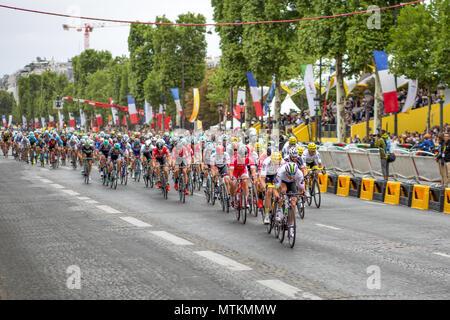 París, Francia - 23 de julio de 2017: el Grupo de los ciclistas en la Avenida de los Campos Elíseos durante la última etapa del Tour de Francia 2017