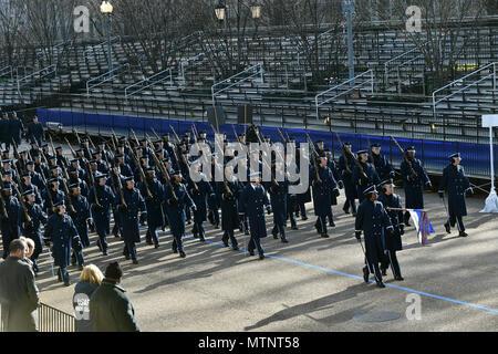 La Fuerza Aérea de EE.UU. Color Guard marchas a lo largo de Pennsylvania Avenue durante el ensayo general del Departamento de Defensa en Washington, D.C., el 15 de enero de 2017. Más de 5.000 militares a través de todas las ramas de las fuerzas armadas de los Estados Unidos, incluidos los componentes de la reserva y la Guardia Nacional, proporcionó apoyo ceremoniales y de Apoyo a la defensa de las autoridades civiles durante el período inaugural. DoD (foto por el Sargento de la Fuerza Aérea de EE.UU. Logan Carlson) Foto de stock