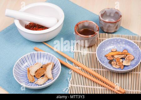 Plantas y hierbas medicinales secas - el concepto tradicional de la medicina china o asiática