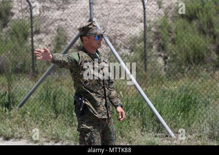 KABUL, Afganistán (Mayo 27, 2018) - Un policía militar internacional de las Fuerzas Armadas de Bosnia y Herzegovina realiza una patrulla de tráfico de rutina en el Aeropuerto Internacional de Hamid Karzai, 27 de mayo de 2018. Bosnia y Herzegovina es una de las 39 naciones que juegan un papel integral en el decidido apoyo de la OTAN la misión. Apoyo decidido (Foto por Jordania Belser)