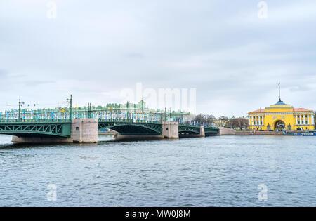 San Petersburgo, Rusia - Abril 26, 2015: Vista del Puente del palacio y el Edificio del Almirantazgo y del Palacio de Invierno en el fondo, el 26 de abril en S. Pet