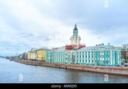 San Petersburgo, Rusia - Abril 26, 2015: la hermosa emsemble de edificios situados a lo largo de terraplén de la Universidad, el 26 de abril en San Petersburgo