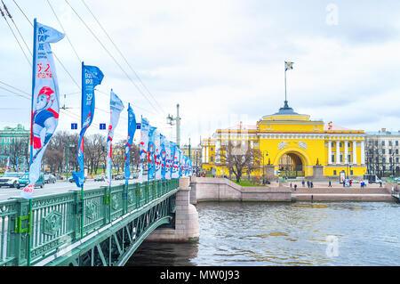 San Petersburgo, Rusia - Abril 26, 2015: El Palacio puente es uno de los puentes más hermosos de la ciudad, que los vecinos con el Palacio de Invierno y un