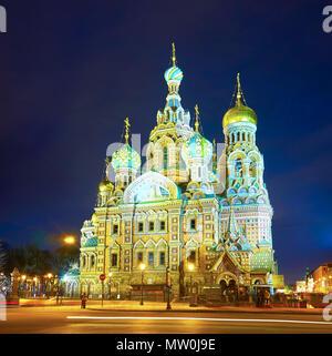 San Petersburgo, Rusia - Abril 26, 2015: la hermosa iglesia de San Salvador de la sangre con la hermosa ciudad de iluminación, el 26 de abril en San Petersbu