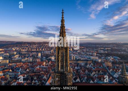 Ulm, Alemania - 11 de marzo de 2017: Toma aérea tomada con un zumbido de Ulm Minster al amanecer.