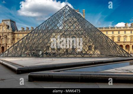 Una gran pirámide de cristal y acero sirve como la entrada principal al Museo del Louvre, diseñado por el arquitecto americano chino I.M. Pei completado en 1989