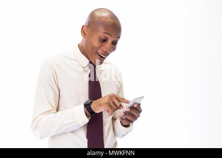 Entusiasmada y feliz hombre afroamericano vistiendo una camisa y corbata hablando por el teléfono, abrumadora con buenas noticias y felicidad