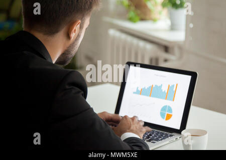 Pensativo empresario trabajando en equipo portátil DAT de análisis financiero