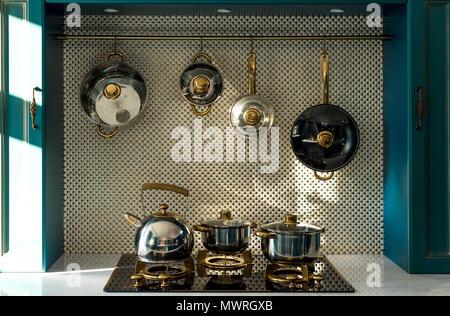 Diversos utensilios de cocina y colgando en la cocina