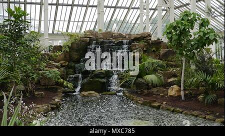 Cascada de rocas en el interior de la casa templada en Kew Gardens London UK.