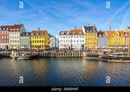 Con la vista de la ciudad de Copenhague Nyhavn en Copenhague, Dinamarca.