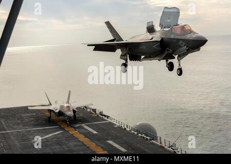 Océano Pacífico-- un F-35B Lightning II vacila antes de aterrizar a bordo del USS America (LHA 6) portador de relámpagos durante la demostración de prueba de concepto, 19 de noviembre de 2016. Es la primera demostración de la infantería de marina a bordo F-35B demostración de la integración del Cuerpo de Infantería de Marina, junto con otros activos de elemento de combate aéreo. (Ee.Uu. Marine Corps Foto por CPL. Larson Thor/liberado)