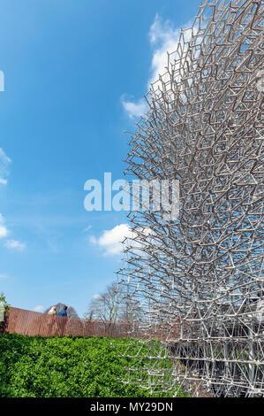 Londres, Reino Unido - Abril 2018: La colmena, de Wolfgang contrafuerte para ofrecer a los visitantes la experiencia visual y sonora acerca de abejas ubicado en los jardines Kew Foto de stock