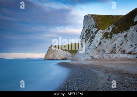 Amanecer sobre Bats Head, Swyre Head, y la Costa Jurásica cerca de Durdle Door, Dorset, Inglaterra