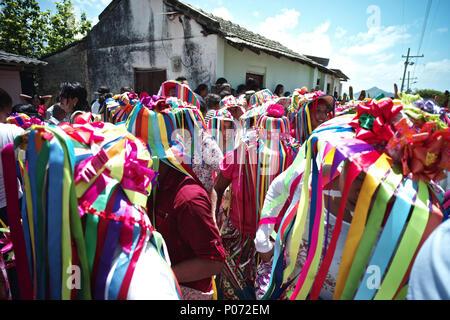 Atanquez, César, Colombia. El 31 de mayo, 2018. A los pies de los picos nevados de Sierra Nevada, dentro del territorio de los indios indígenas kankuamos, una colorida celebración cristiana de la fiesta del Corpus Christi se celebra cada año. Es un acontecimiento religioso cristiano que normalmente coincide con el solsticio de verano. Personajes demonio pagano, lugares sagrados indios precolombinos y otras funciones están incorporadas. El ritual alegórico representa una lucha entre el Dios y el Diablo.'la danza de los Diablos'' es una antigua tradición ha mantenido durante siglos en algunas comunidades en el Caribe de Colombia c