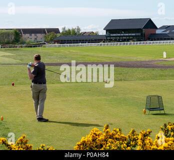 Un golfista que aterriza en el antiguo campo de Golf en Musselburgh, East Lothian, Escocia, uno de los campos de golf más antiguos del mundo.