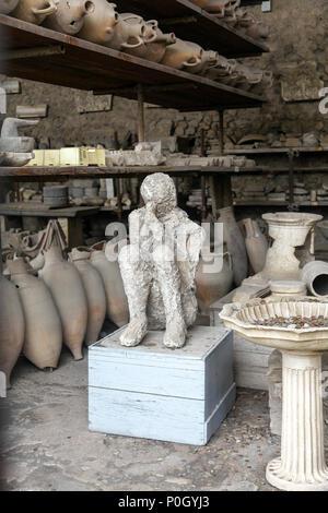 Cadáveres conservados como vaciados en yeso a partir de la erupción del Vesubio en el año 79 en el sitio arqueológico de Pompeya, Pompeya, Campania, Italia,