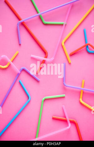 Pajas sobre fondo de color rosa. Cóctel de verano, divertidas y felices vacaciones concepto.