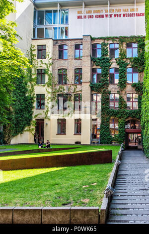 ,Berlín Mitte Sophie-Gips-Höfe.edificio histórico del siglo XIX y a finales del siglo XX, además,Hoffman galería en el piso superior con word art escultura