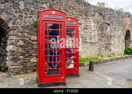 """Tuffed"" exposición en la galería de K6 en Southampton, que se exhibe en dos Grado II figuran cuadros de teléfono rojo, Southampton, Inglaterra, Reino Unido."