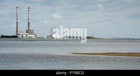 Las chimeneas de Poolbeg landmark Twin Power Station en el puerto de Dublín Ponte encima de la Bahía de Dublín como se ve desde la ZPE de Sandymount Strand. Foto de stock