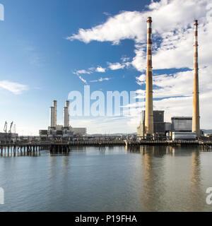 Dublín, Irlanda - 18 de septiembre de 2016: el hito de chimeneas de Poolbeg Twin Power Station en las orillas del estuario del río Liffey en la entrada Foto de stock