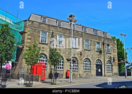 La antigua oficina de correos en la esquina de la estación Colina y Court Road, Bridgend, al sur de Gales. Los 2 K6 cabinas telefónicas son de grado II enumeradas.