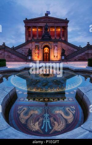 Iluminado con una fuente, la Galería Nacional de Berlín, Alemania