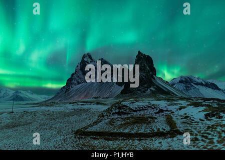 Las luces del norte sobre Eystrahorn, Krossanesfjall, Islandia Foto de stock