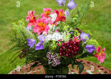 Summery arreglo floral: ramo de flores coloridas mezclado a principios de verano jardín británico flores de diversas variedades dispuestas en un jarrón
