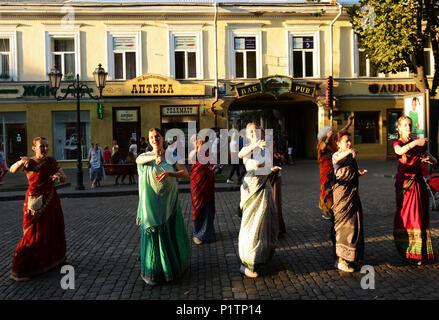 Calle de cantar el Hare Krishna Harinamas por la calle Derybasivska en Odessa.