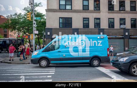 """Una """"marca"""" ambulanz on demand ambulancia es visto aparcado en el barrio de Chelsea, en Nueva York, el sábado, 2 de junio de 2018. La compañía impulsada por tech despachos a través de un app, lo que permite un seguimiento en tiempo real, programar y no es parte del sistema 911 de Nueva York. (© Richard B. Levine)"""