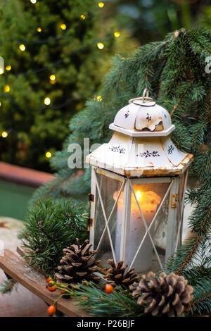 Linterna De Navidad En Ramas De Abeto Con Nieve Foto