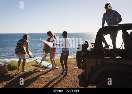 Un grupo de amigos, la extracción de tablas de surf de jeep