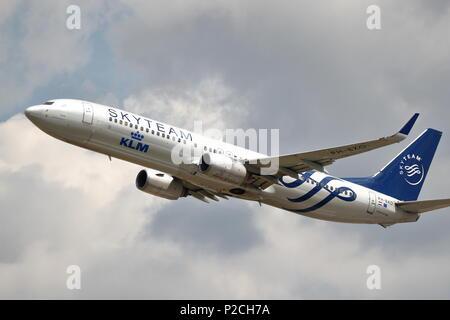Boeing 737-900 de KLM PH-BXO despegar del aeropuerto de Heathrow de Londres, Reino Unido