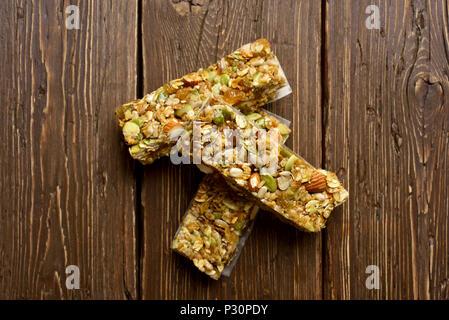 Barras de granola sobre fondo de madera. Vista superior, laicos plana