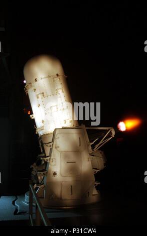 En el mar a bordo del USS John C. Stennis (CVN 74) El 15 de enero de 2002 - Durante una noche de calibración Pre-Aim (PAC) disparando, uno de los buques (sistemas de armas Close-In CIWS) se inclina hacia el exterior de la nave y los incendios de sus rondas de 20mm. Falange ofrece barcos de la Foto de stock