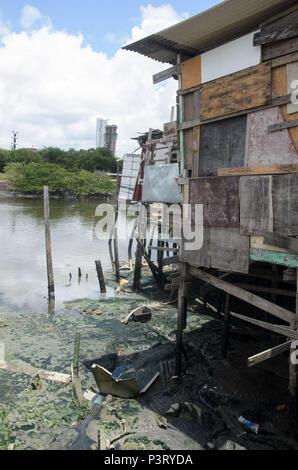 RECIFE, PE - 10.10.2015: PALAFITAS EM COMUNIDADE CARENTE - Palafitas na favela do el coque, como margens do Río Capibaribe. (Foto: Diego Herculano / Fotoarena)