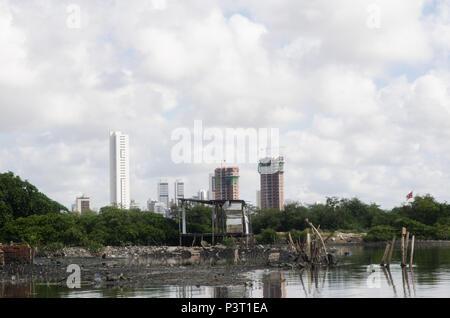 RECIFE, PE - 21.10.2015: FAVELA DO NO BUEIRO RECIFE - Desigualdade social na paisagem do Río Capibaribe, no Recife (PE). E Palafitas prédios de luxo em construção. (Foto: Diego Herculano / Fotoarena)