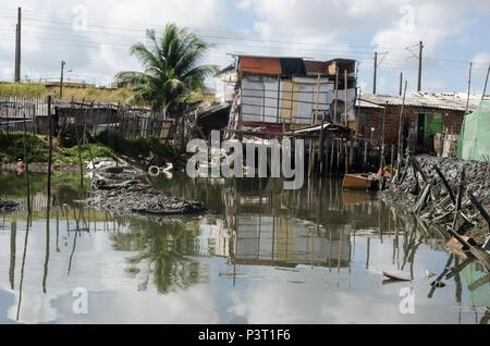 RECIFE, PE - 21.10.2015: FAVELA DO RECIFE - Palafitas BUEIRO sin ningún río Capibaribe, em comunidade ribeirinha de Recife (PE). (Foto: Diego Herculano / Fotoarena)