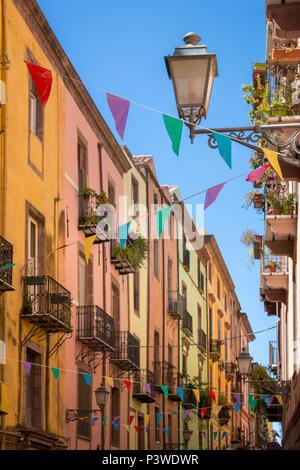 Decoración colorida guirnalda en el casco antiguo de Bosa en la isla italiana de Cerdeña