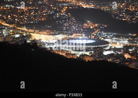 Estádio do Maracanã iluminado visto durante a noite.