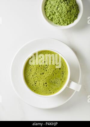 Una taza de té matcha y un tazón de polvo de té (ver arriba)