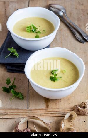 Tupinambo sopa con perejil Foto de stock