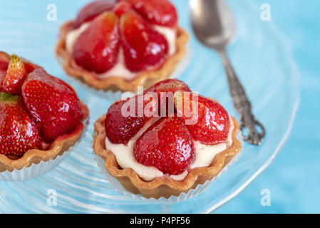 Tartaletas con fresas y nata. Postre con frutas frescas. Foto de stock